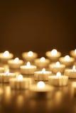 Hintergrund von brennenden Kerzen mit Kopienraum Stockbilder