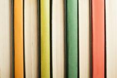Hintergrund von bunten Büchern Zurück zu Schule getrennte alte Bücher Stockfotografie