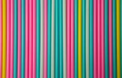 Hintergrund von bunten Cocktailstrohen sättigte Pastellfarben Lizenzfreie Stockbilder