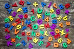 Hintergrund von den bunten Buchstaben und von den Zahlen Lizenzfreie Stockfotografie