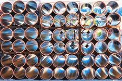 Hintergrund von den bunten großen Kunststoffrohren benutzt an der Baustelle Lizenzfreie Stockbilder