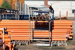 Hintergrund von den bunten großen Kunststoffrohren benutzt an der Baustelle Stockfoto