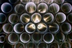 Hintergrund von den bunten großen Kunststoffrohren benutzt an der Baustelle Stockfotografie
