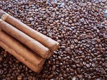 Hintergrund von den Kaffeebohnen mit den kubanischen Zigarren Lizenzfreies Stockbild