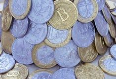 Hintergrund von den Münzen von verschiedenen Ländern und von bitcoins stockbilder