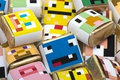 Hintergrund von den quadratischen Farbschokoladen Stockbilder
