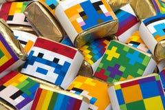 Hintergrund von den quadratischen Farbschokoladen mit Zeichnungen Stockfoto