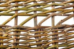 Hintergrund von den verdrehten hölzernen Weidenniederlassungen lokalisiert auf Weiß Lizenzfreie Stockbilder