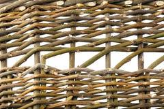 Hintergrund von den verdrehten hölzernen Weidenniederlassungen lokalisiert auf Weiß Lizenzfreies Stockbild