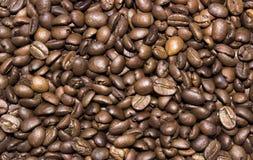 Hintergrund von den verschütteten Fotos briet Arabicakaffee Lizenzfreie Stockbilder