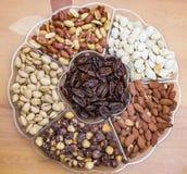 Hintergrund von den verschiedenen Arten der nuts Mandel, Haselnuss, Acajoubaum, Paranuss Lizenzfreie Stockfotos