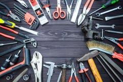Hintergrund von den verschiedenen Werkzeugen auf h?lzernem Werktisch Beschneidungspfad eingeschlossen Kopieren Sie Platz lizenzfreie stockfotografie