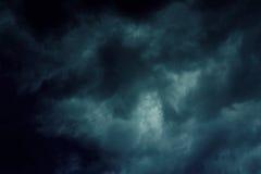 Hintergrund von dunklen Wolken Stockbild