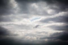 Hintergrund von dunklen Wolken vor einem Gewitter Stockfotos