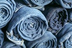 Hintergrund von ein Stapel gerollten Jeans lizenzfreies stockbild