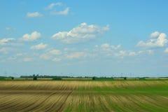 Hintergrund von einem Ackerland und der Himmel mit Wolken Lizenzfreies Stockbild