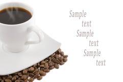 Hintergrund von einem weißen Becher mit Kaffee Stockfoto
