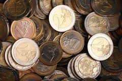 Hintergrund von einen und zwei Euromünzen Lizenzfreies Stockbild