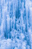 Hintergrund von Eiszapfen und von Eis Lizenzfreie Stockfotos