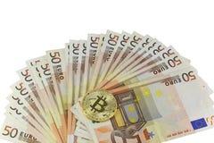 Hintergrund von 50 Eurobanknoten und das goldene BitCoin prägen Lizenzfreie Stockfotos