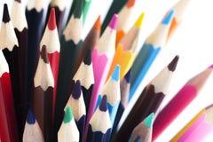 Hintergrund von farbigen Bleistiften für die Schule lokalisiert auf weißem Hintergrund Stockbilder