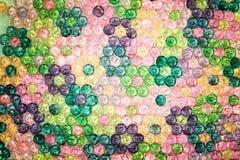Hintergrund von farbigen Perlen, Hintergrund von den Blumen gemacht von farbigen Perlen Stockbild