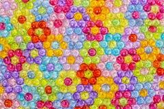 Hintergrund von farbigen Perlen, Hintergrund von den Blumen gemacht von farbigen Perlen Stockfoto