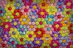 Hintergrund von farbigen Perlen, Hintergrund von den Blumen gemacht von farbigen Perlen Stockfotografie