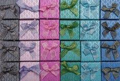 Hintergrund von farbigen quadratischen Geschenkboxen mit Bögen Lizenzfreie Stockbilder