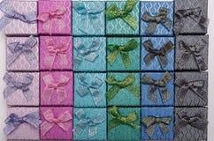 Hintergrund von farbigen quadratischen Geschenkboxen mit Bögen Lizenzfreies Stockfoto