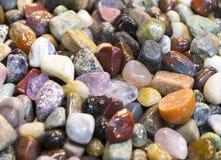 Hintergrund von farbigen Steinen des Üblichen Stockbilder