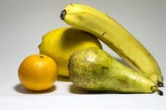 Hintergrund von Früchten mit einer Banane, einer Orange und einer Birne Lizenzfreies Stockfoto