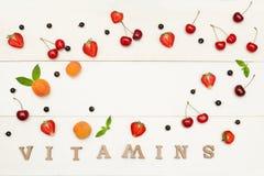 Hintergrund von Früchten und von Beeren auf einem weißen Hintergrund Aufschrift-Vitamine Chef gießt Olivenöl über frischem Salat  lizenzfreies stockfoto