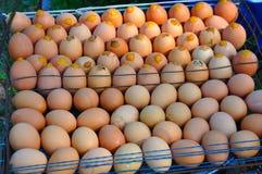 Hintergrund von frischen Eiern für Verkauf an einem Markt Stockfotos