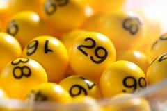 Hintergrund von gelben Bällen mit Bingozahlen Stockbild