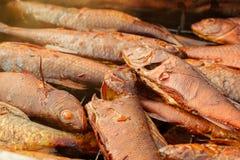 Hintergrund von goldenen Rauch-getrockneten Fischen nah oben lizenzfreie stockfotografie
