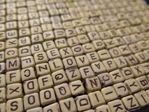 Hintergrund von hölzernen Würfeln mit den Buchstaben, welche die Wörter Lo bilden Stockfotografie