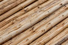 Hintergrund von handgeschälten Kieferdiagonalklotz stockfotografie