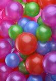 Hintergrund von hell farbigen Plastikbällen Stockbild