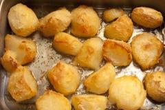 Hintergrund von köstlichen goldenen Bratenkartoffeln Lizenzfreie Stockbilder