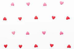 Hintergrund von kleinen roten und rosa Herzen Lizenzfreie Stockfotos
