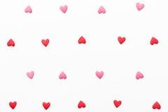 Hintergrund von kleinen roten und rosa Herzen Stockfotografie