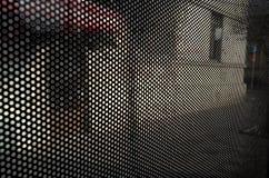 Hintergrund von kleinen schwarzen Kreisen auf städtischem Straßenbild Stockfotos