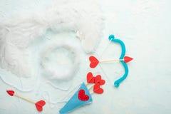 Hintergrund von Liebhabern, von Pfeilen und von Amorbogen auf einem hellen Hintergrund Valentinsgruß `s Tag Flach-Lage, Draufsich lizenzfreie stockbilder