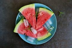 Hintergrund von neuen Wassermelonenscheiben mit Eis Lizenzfreies Stockbild