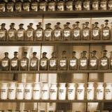 Hintergrund von Phiolen mit lateinischen Namenaufklebern der Droge Stockfoto