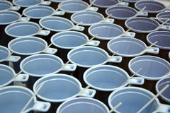 Hintergrund von Plastikteeschalen mit Löffeln stockfoto