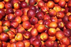 Hintergrund von reifen Nektarinen für Verkauf am Obstmarkt Lizenzfreies Stockbild