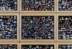 Hintergrund von Reversstiften mit den Logos des weithin bekannten Automobils macht fest (modern und Retro-) Stockfoto