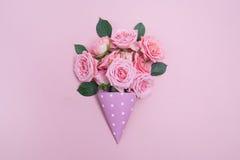 Hintergrund von rosa Rosen Flache Lage, Draufsicht Stockfotos